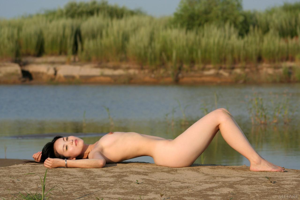 Asiáticas peladas foto de novinha mostrando a buceta peluda gostosa