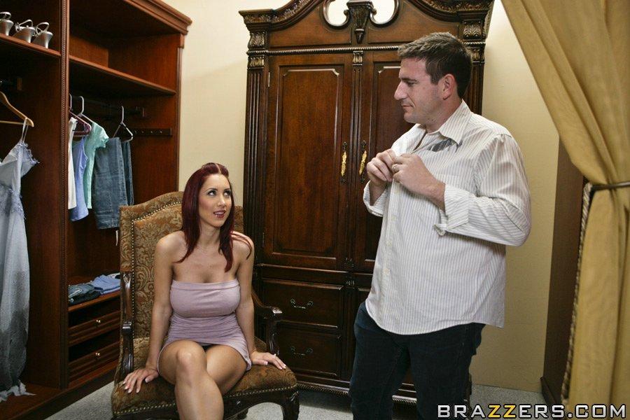 Peituda seduzindo cara estranho para chupar sua pica no banheiro da boate