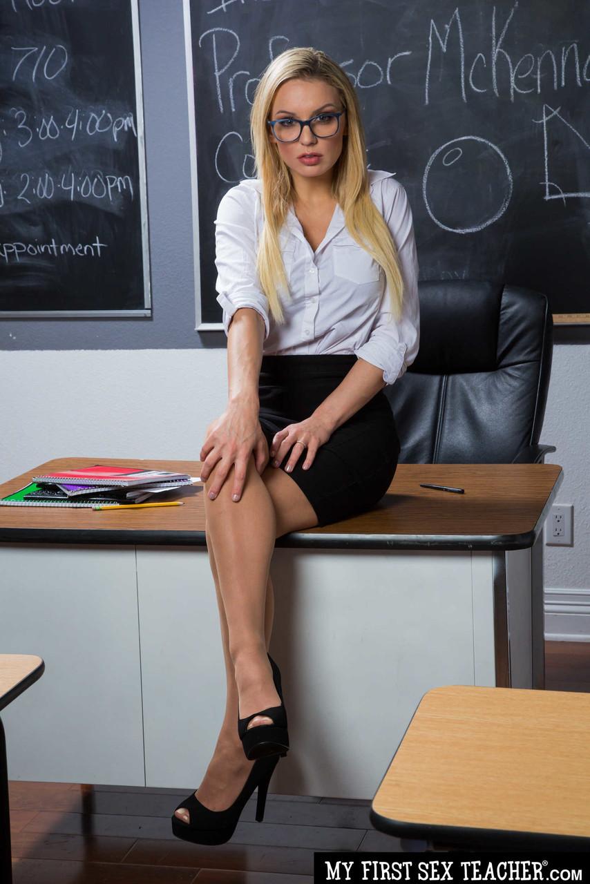 Professora peituda realizando o fetiche de ficar pelada na sala de aula