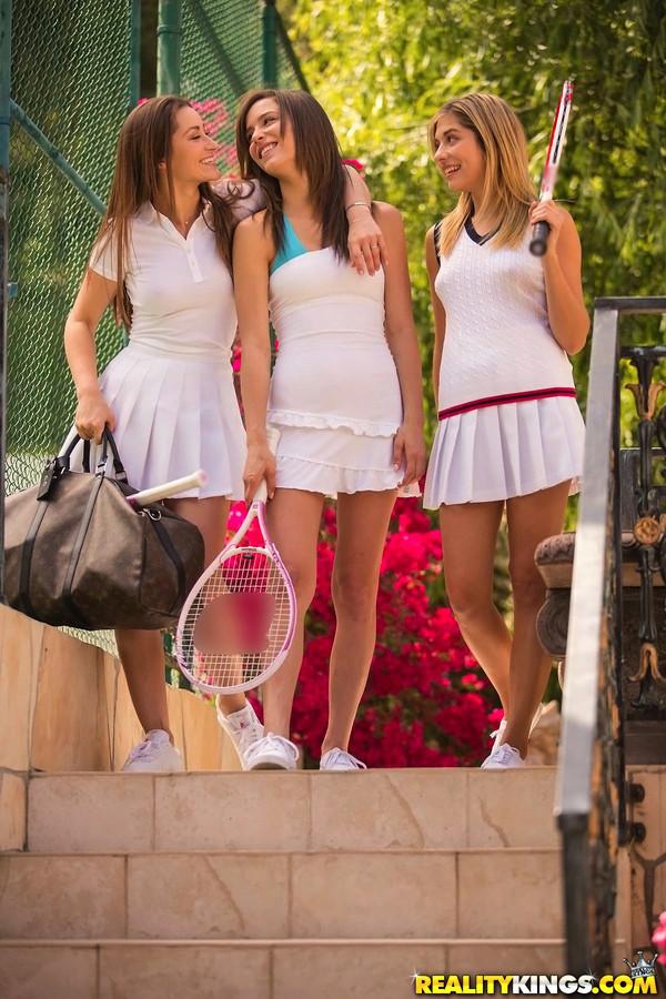 Trio de lesbicas peladas se chupando na quadra de tênis