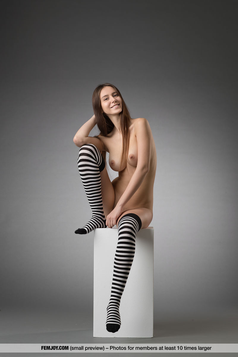Fotos de novinha peituda caiu na net fazendo poses peladas