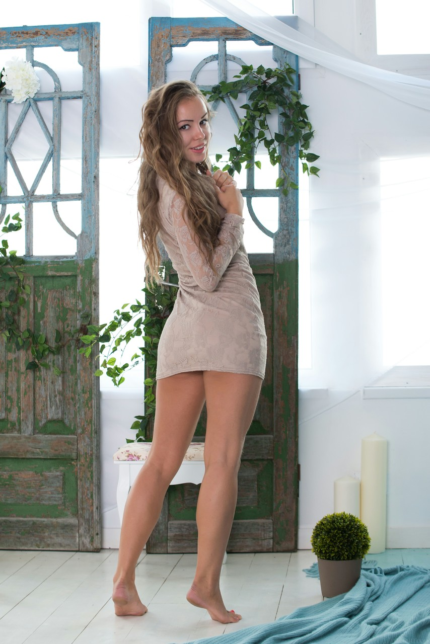 Novinha da xereca peluda sensualizando em poses peladinha