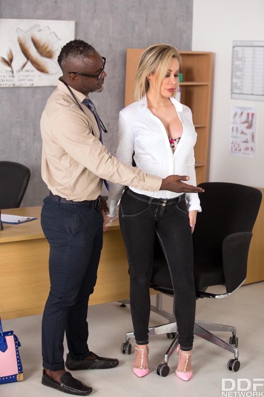 Fotos de putaria interacial com negro médico transando com a peituda